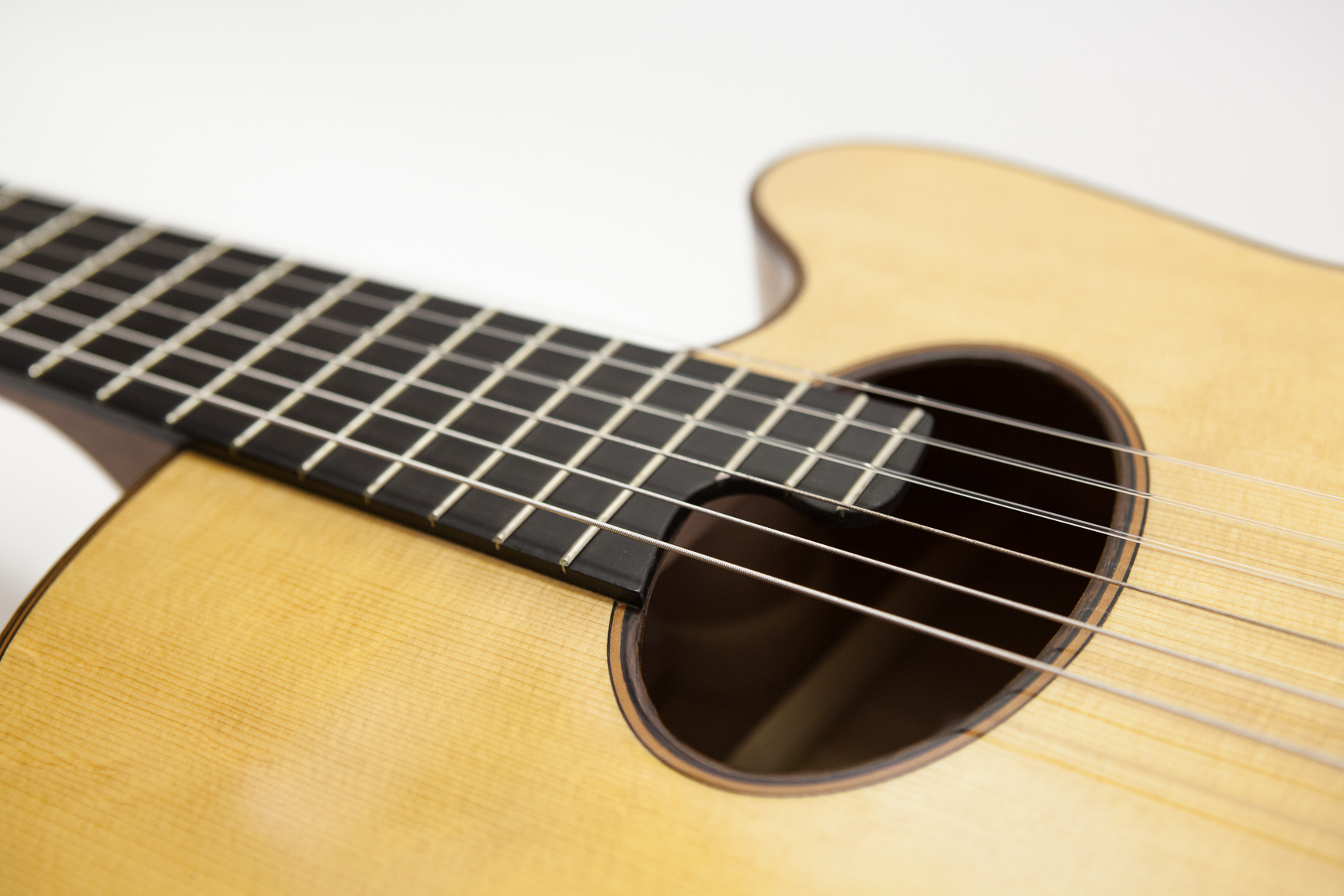 Konzertgitarre mit Cutaway